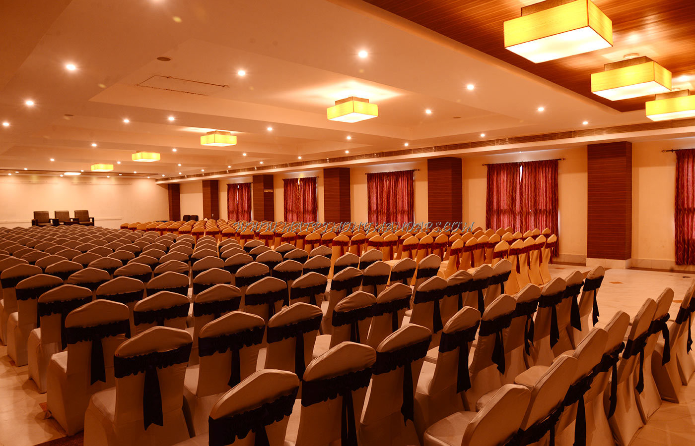 Find the availability of the Poppys Hotel Thamarai Hall 1 (A/C) in Mattuthavani, Madurai and avail special offers